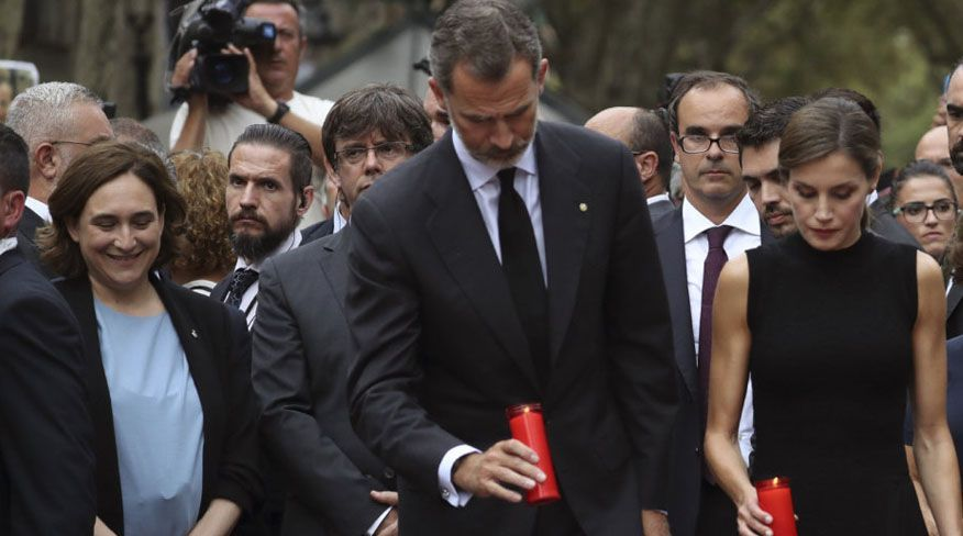 Ada Colau sonriente y feliz en el homenaje a las víctimas de los atentados de Barcelona.